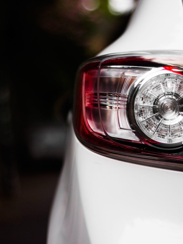 Valkoisen auton takalamppu